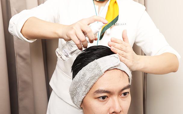 涂抹促进头发生长的独家头皮护理剂。