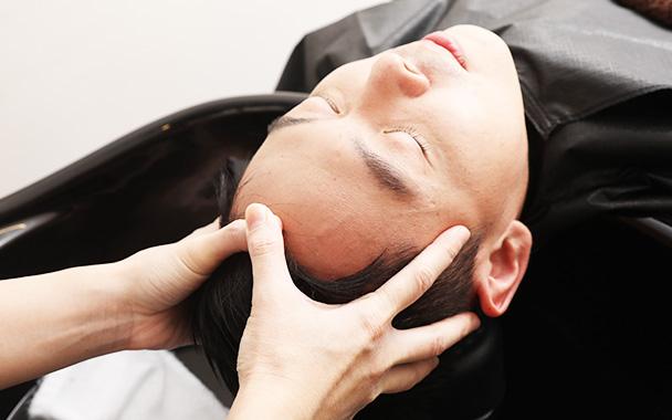 用熟练的技术进行头皮按摩